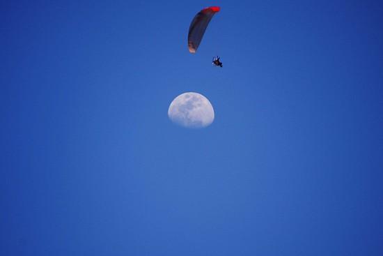 月とパラグライダー