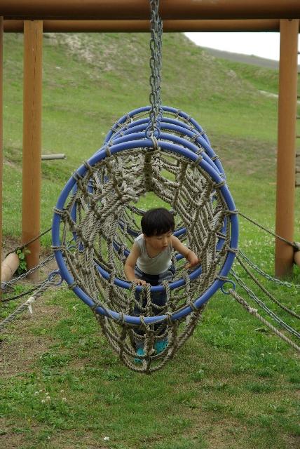 遊具で遊ぶ息子