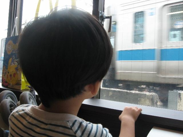 電車に釘付け