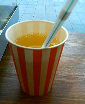 大和のプロスの果物屋さんで今度はりんごジュース