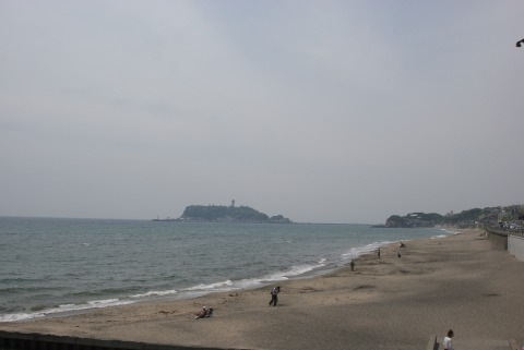 七里ヶ浜から江ノ島をのぞむ