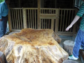 丸太のテーブル