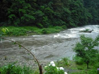 川がごうごう