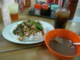 排骨飯とスープ