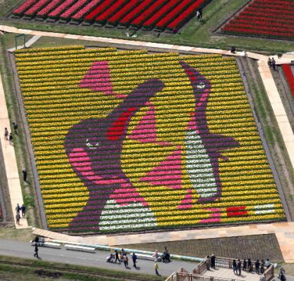 チューリップの花畑に浮かび上がったペンギンの絵