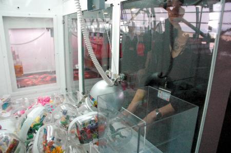 関西空港の出発ゲート付近に設置されたクレーンゲーム