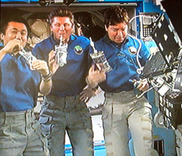 若田さん、あの水でカンパーイ 国際宇宙ステーション