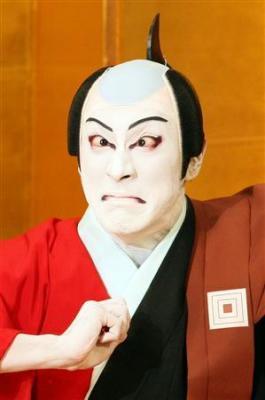新型インフルエンザ撃退に、見ると風邪をひかないとされる市川家伝統の「みらみ」を披露する歌舞伎俳優の市川海老蔵