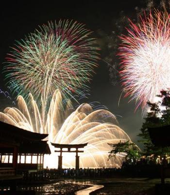 世界遺産彩る5千発 広島・宮島で水中花火大会
