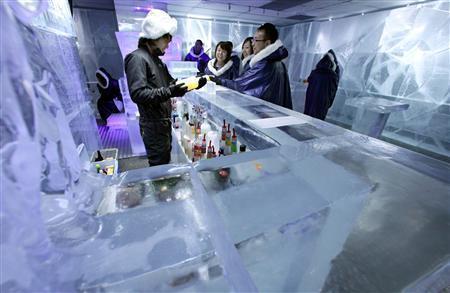 店内は青白く光る氷の世界。防寒具に身を包み、氷のグラスを傾ける。極寒ゆえ、くつろげる時間はそう長くないかもしれない=東京・銀座のアイスバー