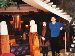 2010直美・ウィーンホテルロビーで