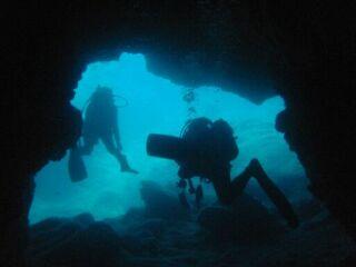 20110620Wアーチ洞窟を抜ける