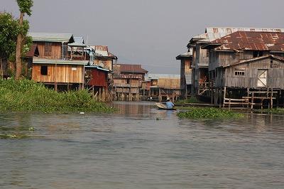 調査地の南シャン州マインタク村の杭上家屋