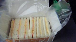 車内のサンドイッチ02
