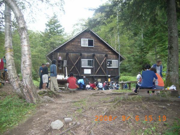 山小屋の前庭のにぎわい