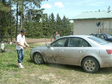 洗車をするスタッフ
