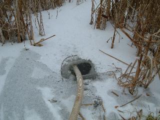 氷に穴あけ