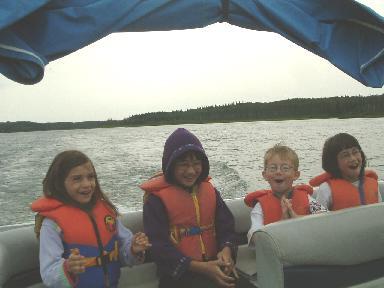 ボートの上での子供たち