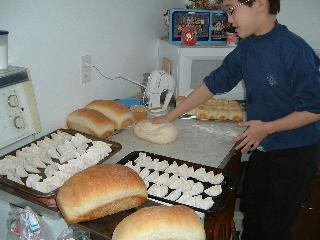 パンをこねるカンナ