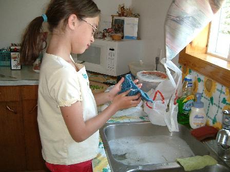 卵を洗うマヤ06222008