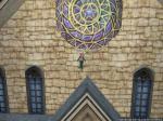 聖堂の屋根の上で飛び回ってます