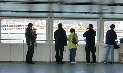 入港の様子を見守る乗船客