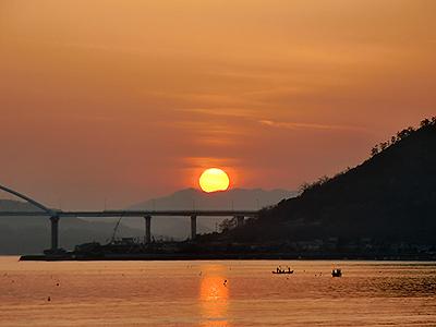 沈みゆく春の夕日