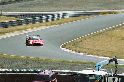 リボルバーコーナーを駆け抜けるMOTUL AUTECH GT-R