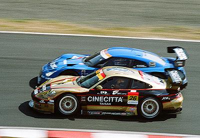 タイサンポルシェを追い抜くカルソニックIMPUL GT-R