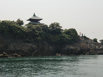 弁天島の横を通過