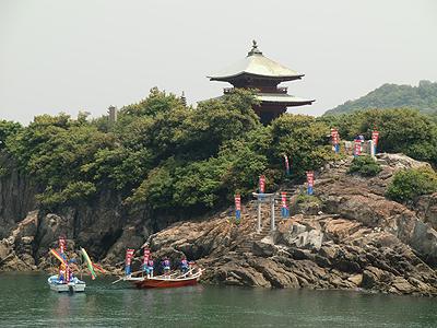 網の神様「大玉」を乗せた手船で弁天島に大漁祈願