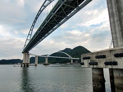 防波堤から見上げる内海大橋