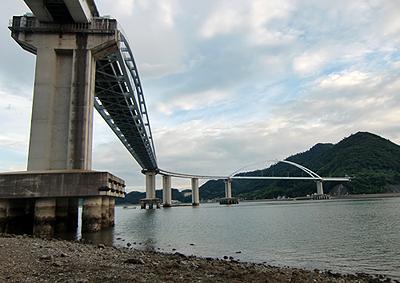 引き潮を狙って海の底から見上げる内海大橋