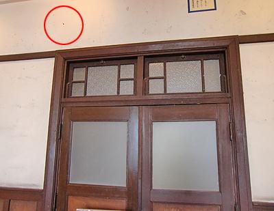 ガラスの突き刺さる壁