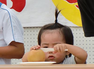 梨皮むき競争(子供の部)