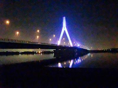 青い光でライトアップされた芦田川大橋