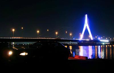 青く光る芦田川大橋とS15シルビア