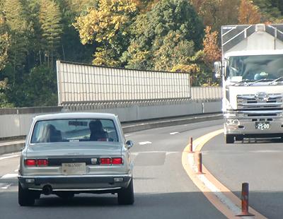 ハコスカと大型トラック