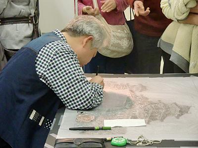近鉄松下百貨店の特設会場にて作業中の上田豊治さん