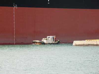 タグボートが小さいのか?タンカーが大き過ぎるのか?