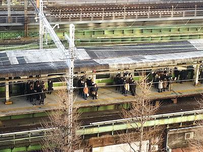 ホームで整列する日本人