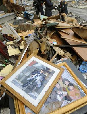 瓦礫の中から見つかった写真