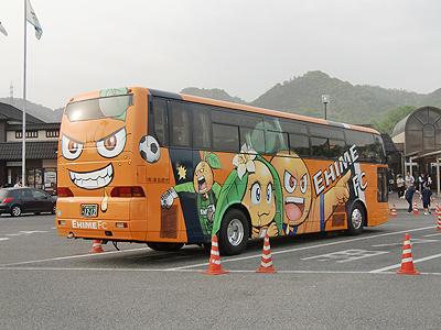愛媛FCのラッピングバス後ろ