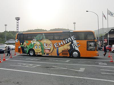 愛媛FCのラッピングバス右横