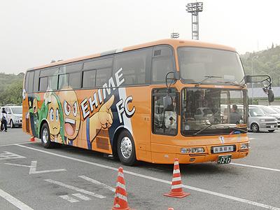 愛媛FCのラッピングバス前