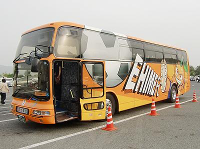 愛媛FCのラッピングバス乗車口