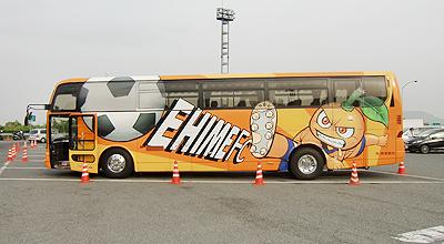 愛媛FCのラッピングバス左横
