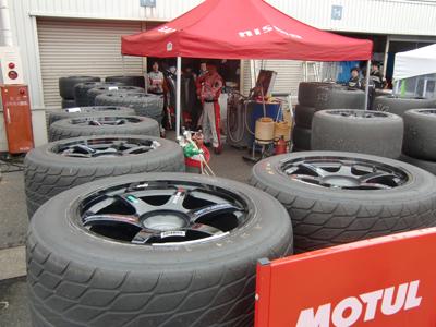 MOTUL AUTECH チームのピット裏にはタイヤが沢山