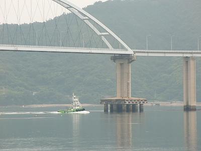内海大橋を渡るタグボート
