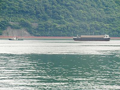 人工浮き島を引くタグボート
